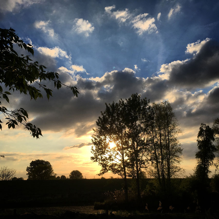 Ook achter de dijk dooft langzaam het licht